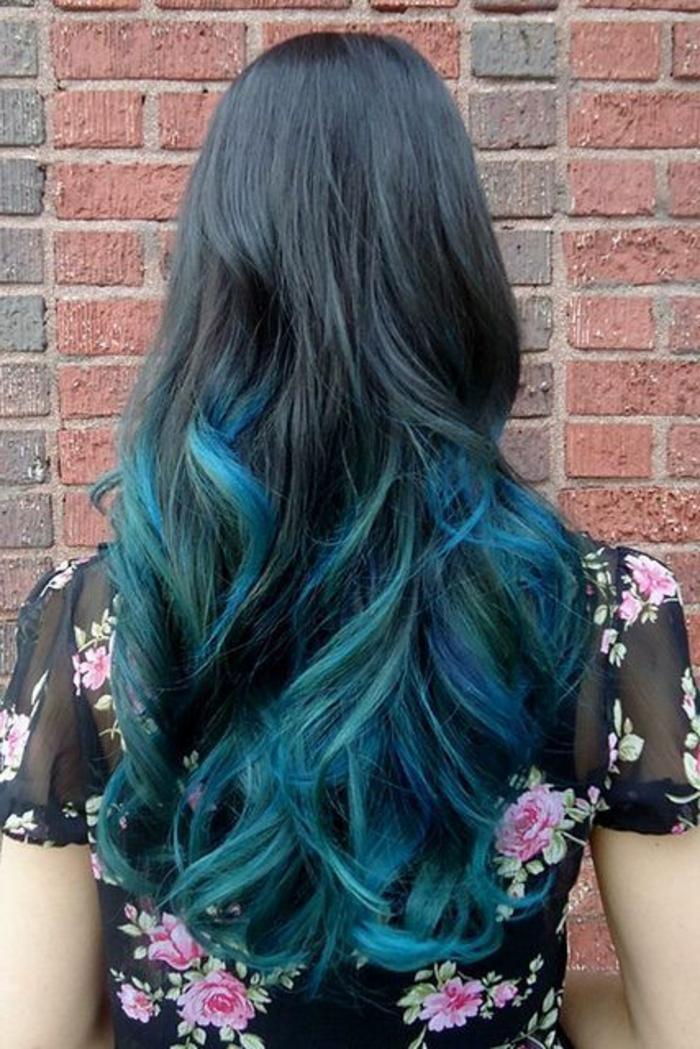 coloration bleue sur des cheveux noirs, cheveux bouclés longs, chemise florale