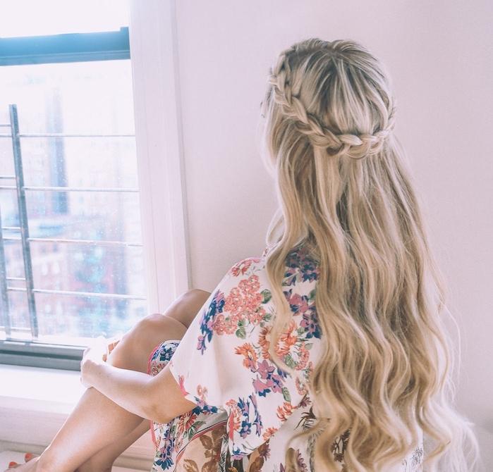 cheveux long bouclé, ondulations wavy et une tresse couronne, femme en chemise à motifs fleuris