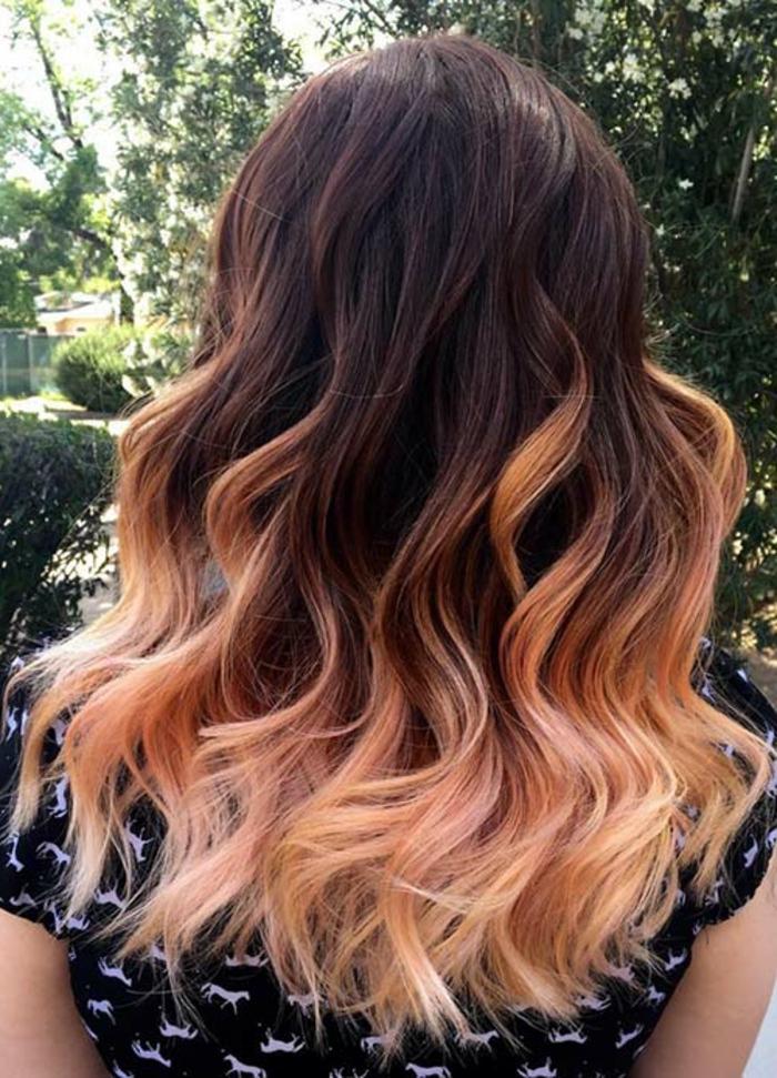 coloration ombré de noir à rose, cheveux bouclés, jolie couleur pastel à la fin