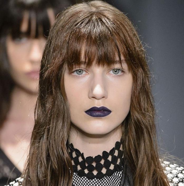 idée de coupe frange longue avec une frange longs sur le front, défilé de mode, rouge à lèvres violet foncé