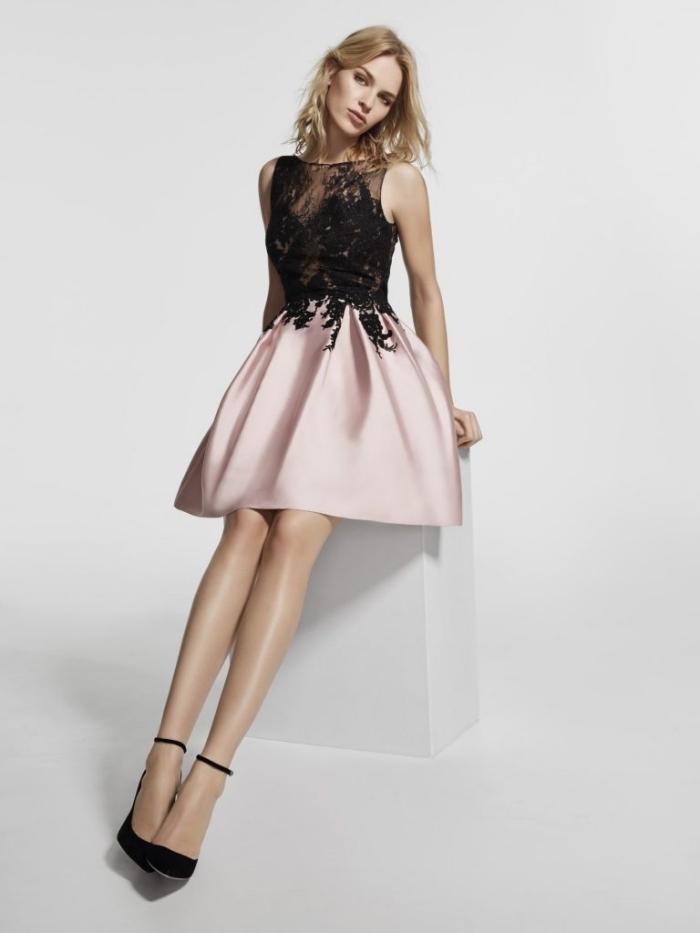 vision chic pour une soirée avec robe de cocktail en haut dentelle noire et jupe en rose pale