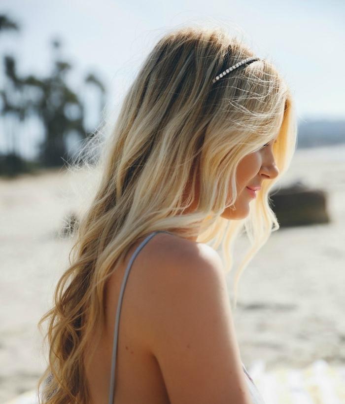 exemple de coupe cheveux bouclés longue, boucles blondes, serre tête de petites pierres précieuses