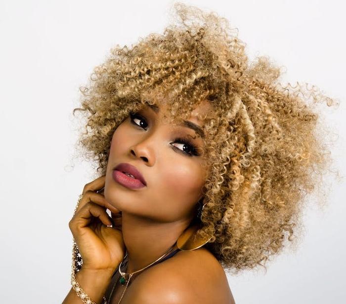 idée ce cheveux courts frisés avec des mèches blond foncé, boucles serrés avec volume, coupe femme afro