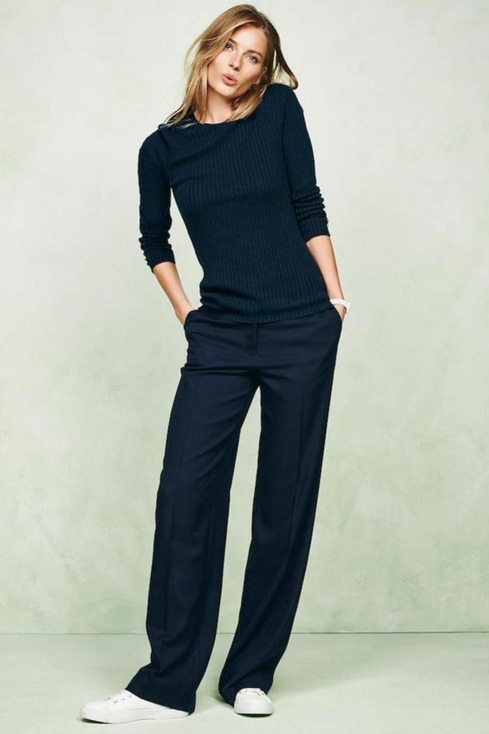 tenue casual en noir, pantalon large avec pull moulant, manches retroussées, baskets blanches, chic parisien, tenue décontractée femme