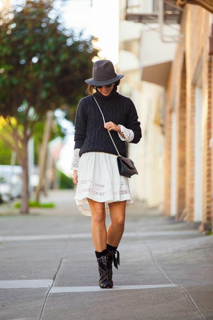 robe-tunique ajourée en blanc portée avec un pull casual noir, tenue décontractée femme, bottines avec des franges en noir, chapeau borsalino noir, sac noir, style de look bohème