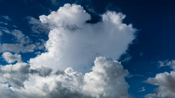 ciel en bleu et blanc, grands nuages aux bords frisés, image de paysage paradisiaque, beau paysage, ambiance de vacances
