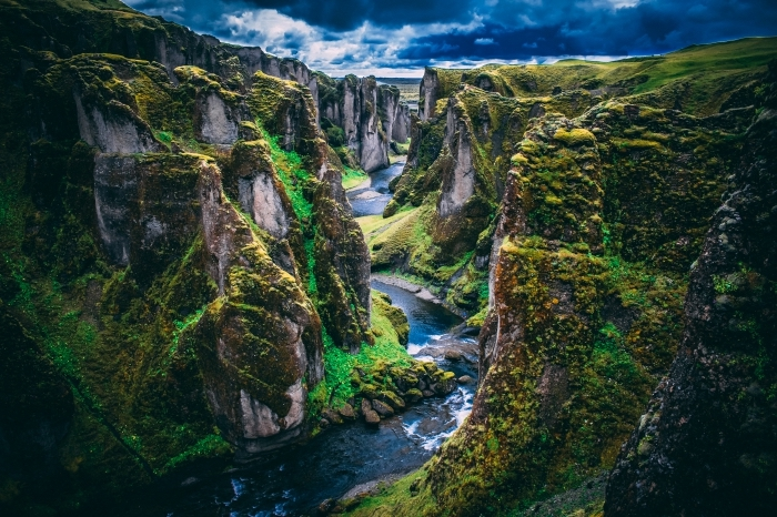 fond d écran gratuit pour ordinateur avec rochers majestueux et rivière, paysage vert avec eau et végétation
