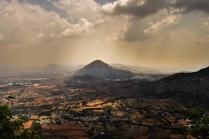 paysage magnifique avec vue au-dessus d'un village et des collines de montagnes sous un ciel aux nuages grises