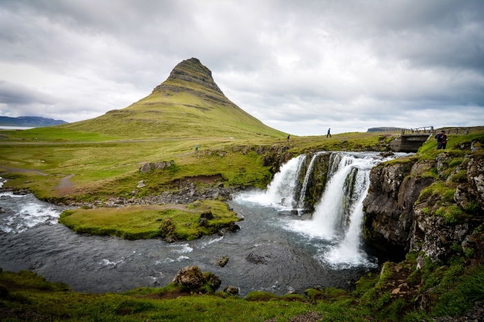 joli fond d écran avec paysage naturel, colline couverte de gazon et mousse verte avec cascade d'eau et rochers
