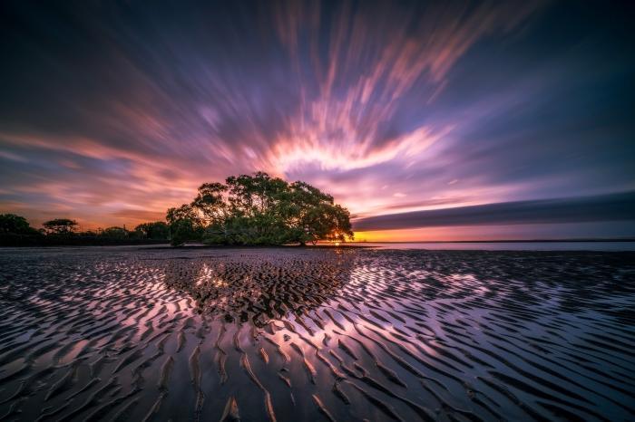 les plus beau fond d écran au coucher de soleil, ciel coloré des rayons du soleil au-dessus d'ile aux arbres vertes