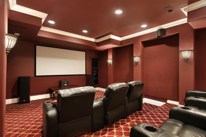 intérieur couleur marsala, cinéma privé, sol en motifs diamants, grands fauteuils en cuir