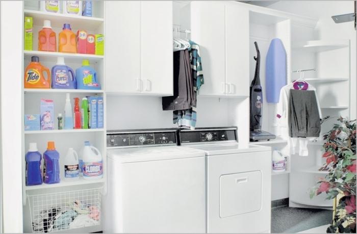 comment arranger les objets dans une buanderie, rangement balai avec portes et étagères, produits de nettoyages sur étagères