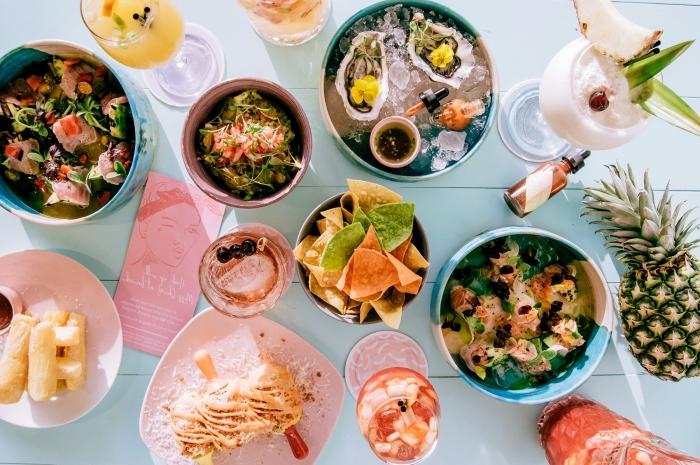 recette facile pour le soir, déco de table avec nachos et cocktails aux fruits, snack aux légumes et jambon faciles