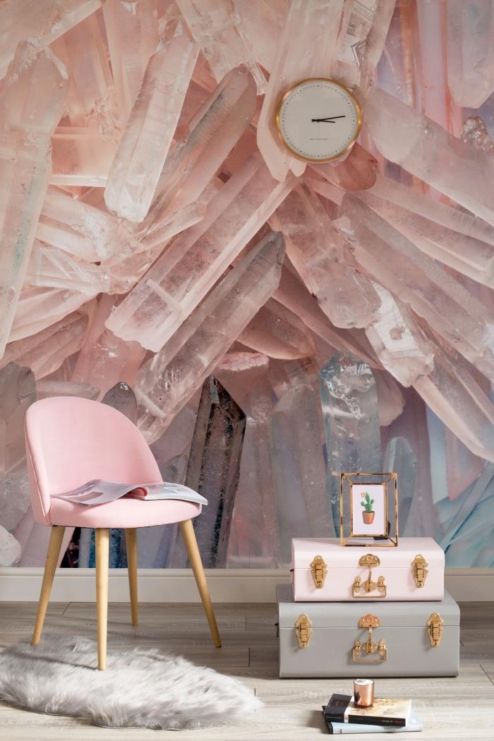 idée pour tapisserie murale à design cristal rose poudré, déco élégante et chic avec meubles rose pastel et accessoires à finition dorée