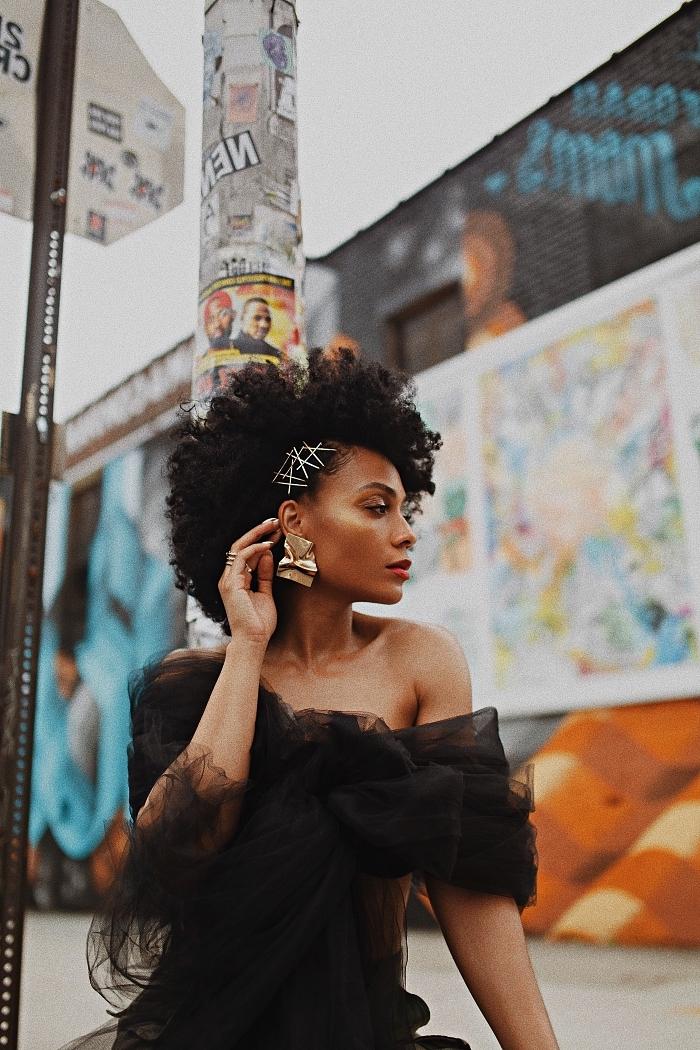 coiffure afro avec barrettes sur le côtés réalisée sur cheveux naturels mi-longs, coiffure afro cheveux naturels