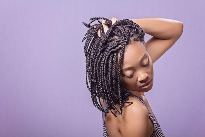 tresses africaines comme coiffure cheveux crépus sur un carré mi long, femme afro aux boucles naturelles