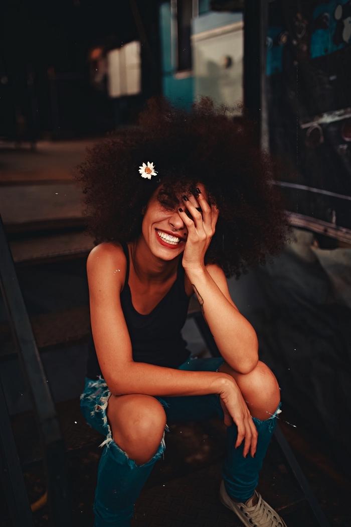 coupe afro volumineuse, coupe femme pour cheveux crépus naturels inspiration seventies avec petite fleur