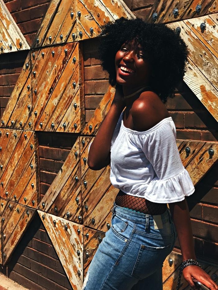 coupe afro femme avec frange pour cheveux mi-longs, coupe cheveux crépus femme, quelle coupe pour mettre en valeur ses cheveux naturels