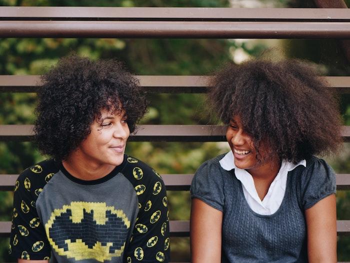 Coupe courte afro coupe de cheveux afro beauté féminine amis cool idée de coiffure décoiffée