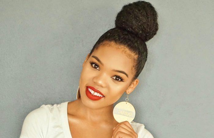 idée de coiffure pour des cheveux frisés femme afro chic avec un chignon haut volumineux, maquillage glamour