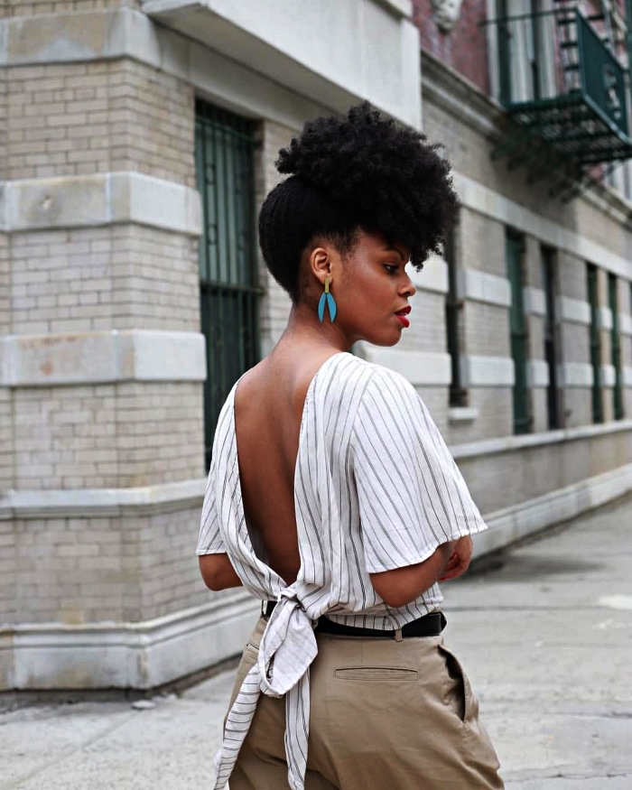 coiffure afro femme pour cheveux mi-longs et longs, puff afro facile et rapide sur le haut du crâne, idée de coiffure facile pour cheveux crépus