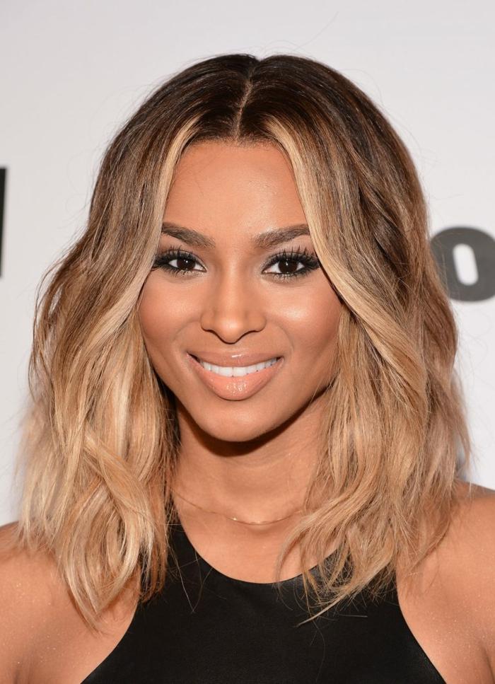 Beyoncé avec une coiffure beachy waves et couleur ombré hair brune chaude, rouge à lèvres nude