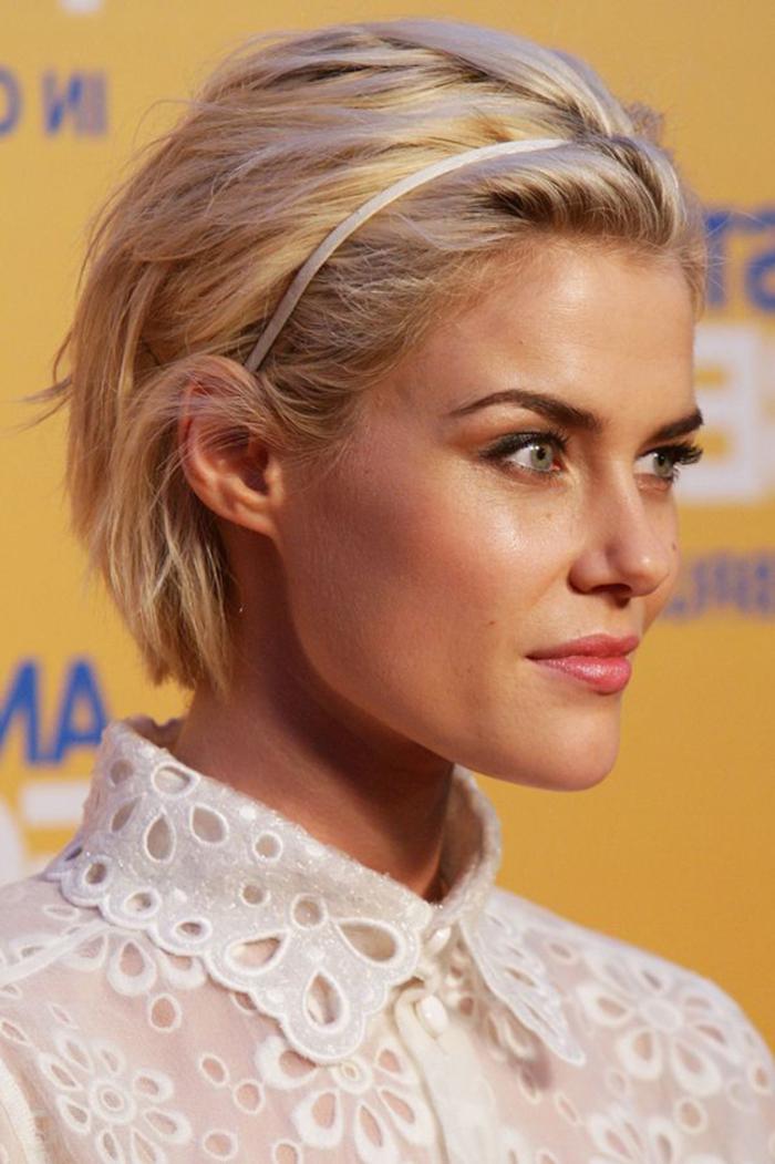 idée pour une coiffure court avec bandeau réalisée sur carré blond dégradé légèrement ondulé