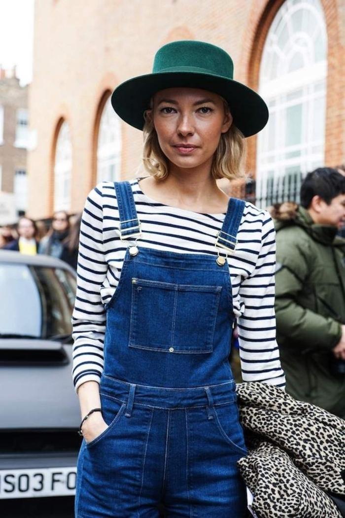 les modèles de coupe de cheveux court pour femme qui nous séduiront en 2018, un carré mi-long légèrement ondulé accessoirisé avec un chapeau avec large rebord