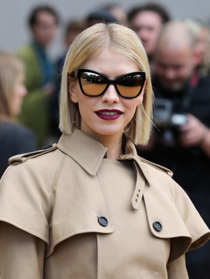 la sophistication et l'élégance d'un carré court femme sur cheveux blond bien lissés