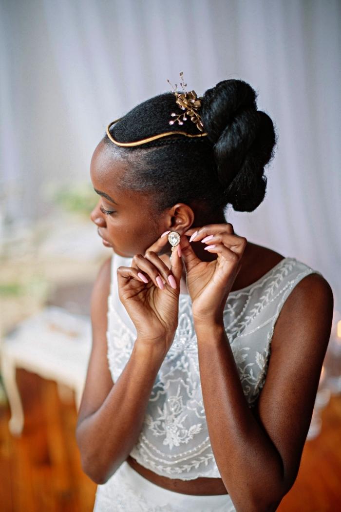 coiffure afro cheveux naturels pour occasion spéciale, coiffure de mariée sur cheveux crépus chignon tressé