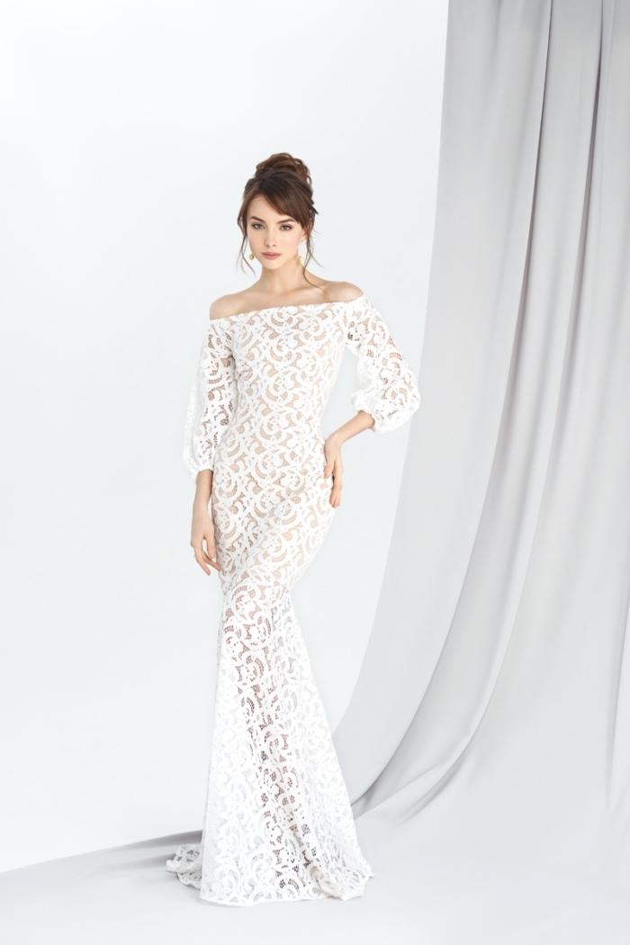 modèle de robe de mariée romantique à design long transparent de déco dentelle blanche combinée avec coiffure en cheveux attachés