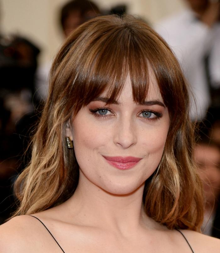 ombré hair brune, coiffure frangée, maquillage des yeux bleus, couleur cheveux chatain lumineux
