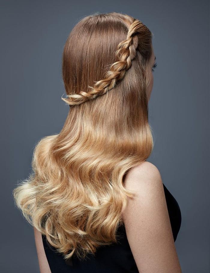 ombré aux pointes blondes caramel et racines de base châtain clair, coiffure avec couronne en tresse ombré