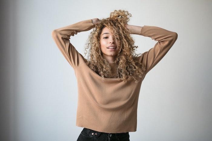 Meche femme coupe de cheveux afro coiffure afro fille coiffure décoiffée cheveux blonds crépus idée coiffure africaine cheveux naturels