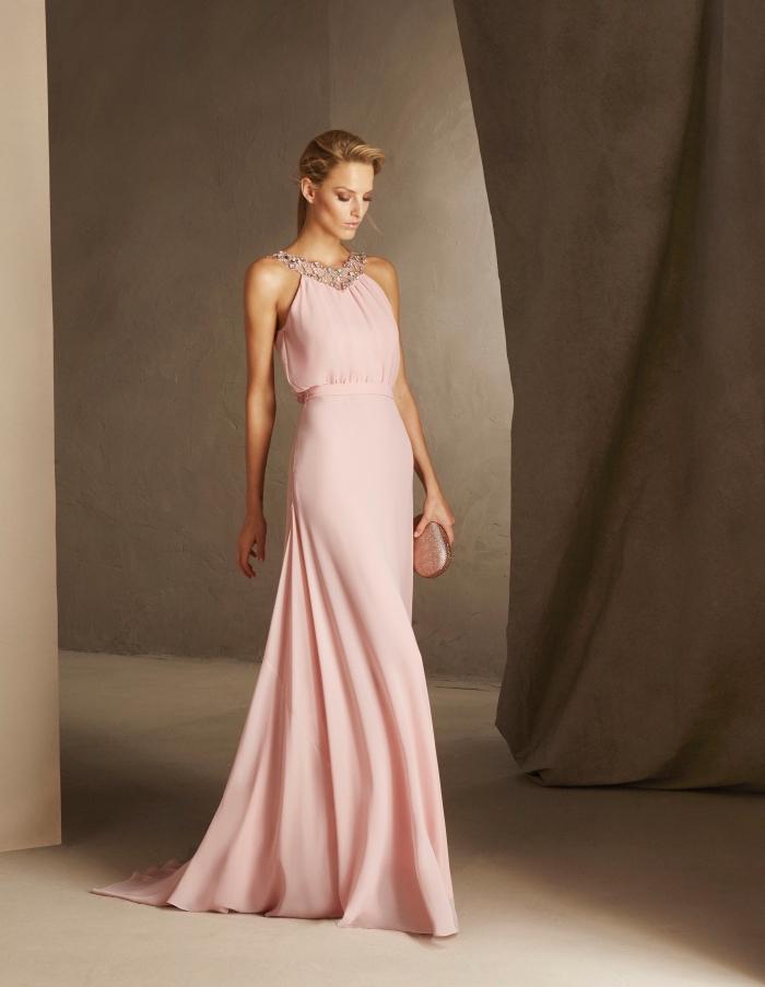 idée pour une robe de soirée longue pour mariage à longueur sol de couleur rose pastel avec col bijoux en diamants