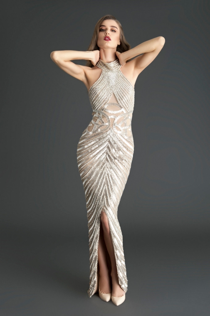 exemple de robe soirée longue à design transparent et rayé en argent combinée avec chaussures à talons beige