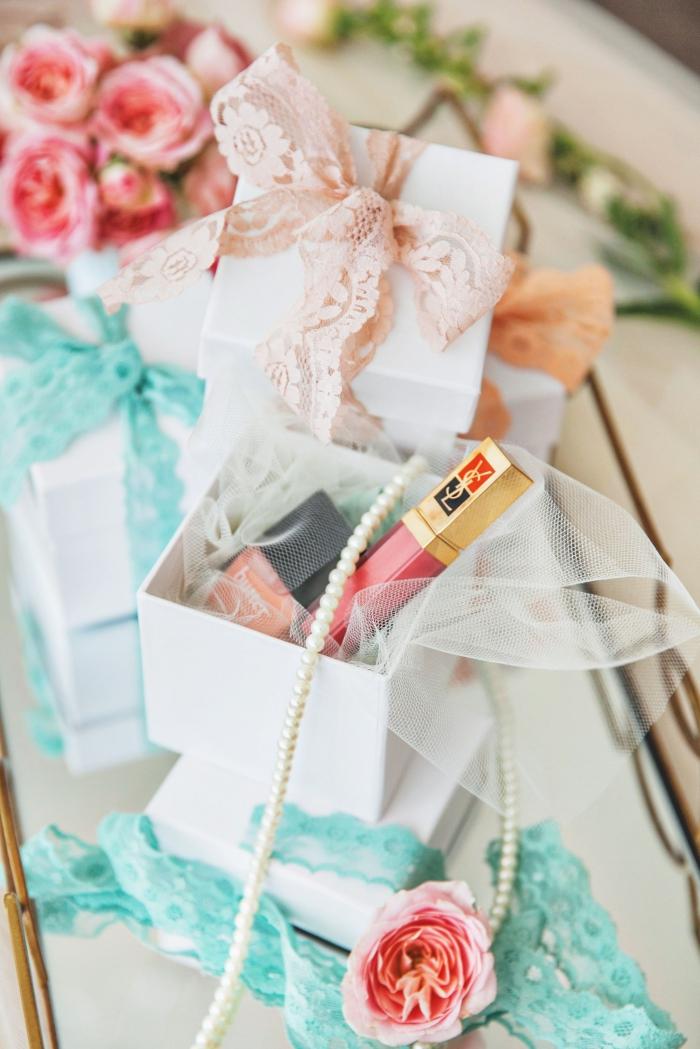 exemple de cadeau mariage invités pour les dames, petite boîte de carton avec accessoires et maquillage femme