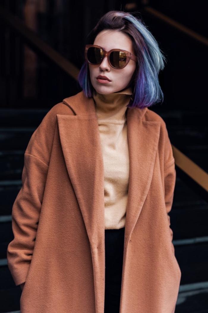 coupe cheveux femme courte avec une coloration tendance tie and dye bleu pour un twist moderne et un peu décalé au carré classique