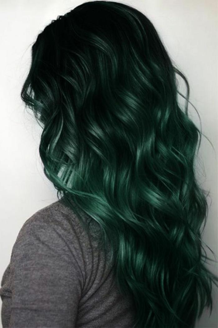 coloration ombré, cheveux très longs bouclés, coloration noir à vert