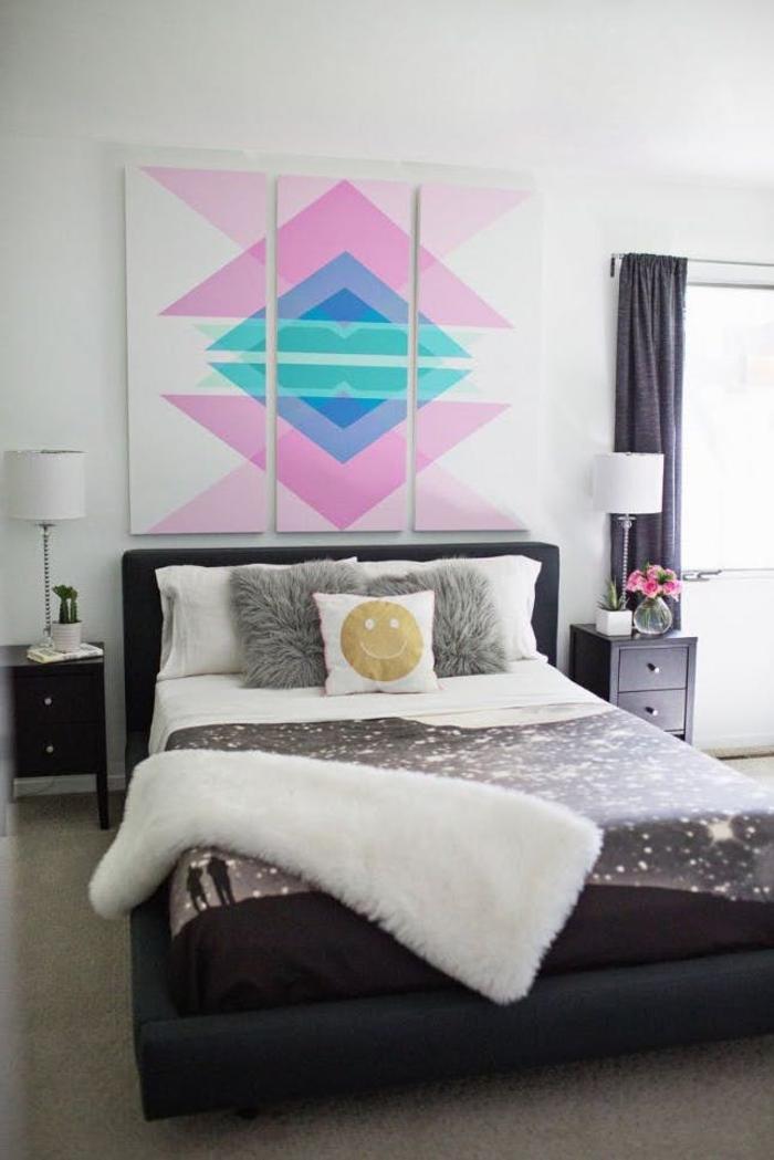 un tableau déco de trois panneaux à motifs graphiques idéal pour l'aménagement d'une chambre a coucher moderne