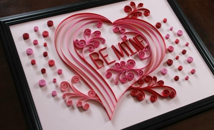 un coeur rose décoré et script touchant, créer des cartes et des décos quilling