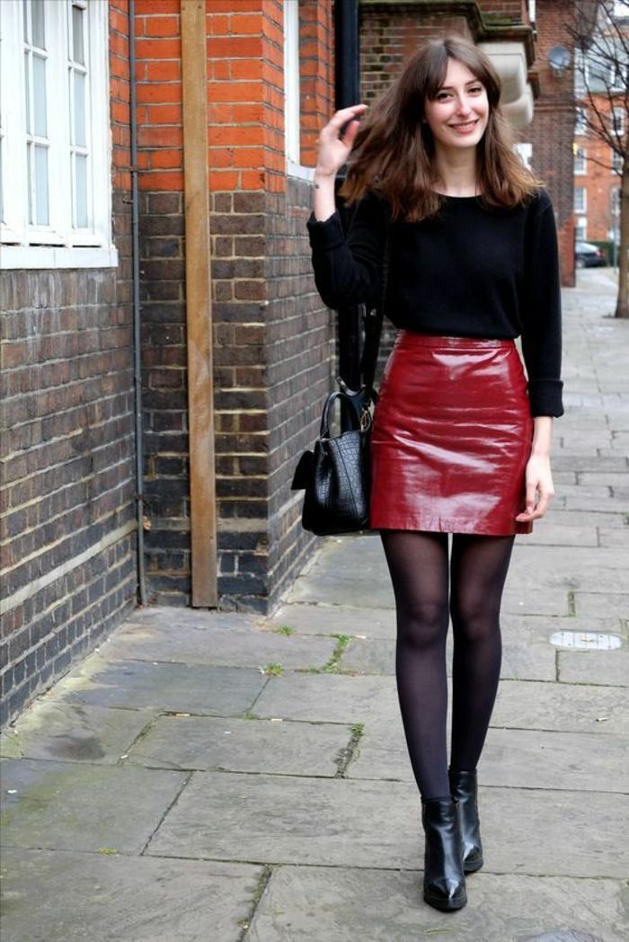 mini jupe rouge en simili cuir, pull noir avec des manches chauve-souris,bottines noires, sac noir, collant opaque noir, casual chic femme, bien habillée