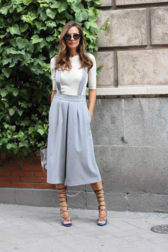 combinaison bretelles jupe-pantalon gris clair, sandales lacets fins, top blanc avec des manches 3-4, tenue chic, casual chic femme