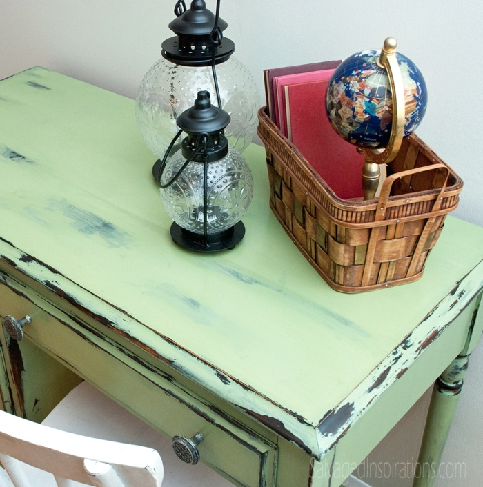 customiser un meuble, bureau laqué avec peinture verte, lanternes originales