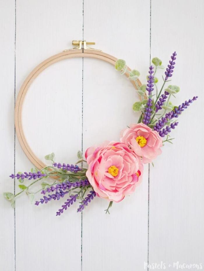 couronne de fleurs en tambour à broder avec des brins de lavande et fleurs rose, deco de paques murale