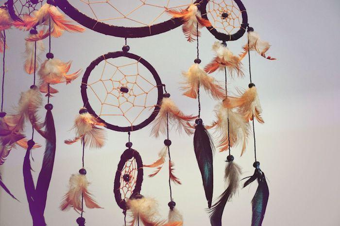 attrape reve geant avec trois cercles noires de tailles diverses, perles noirs, plumes noir et bleu et marron et blanc