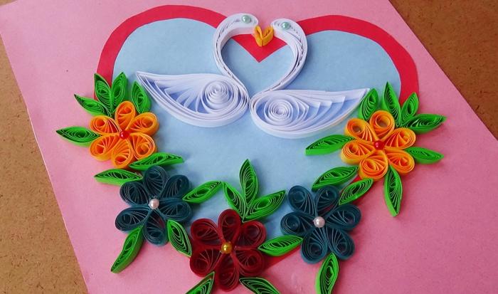 bouquet fleuri, un coeur et deux oiseaux, carte de voeux rose avec déco en papier