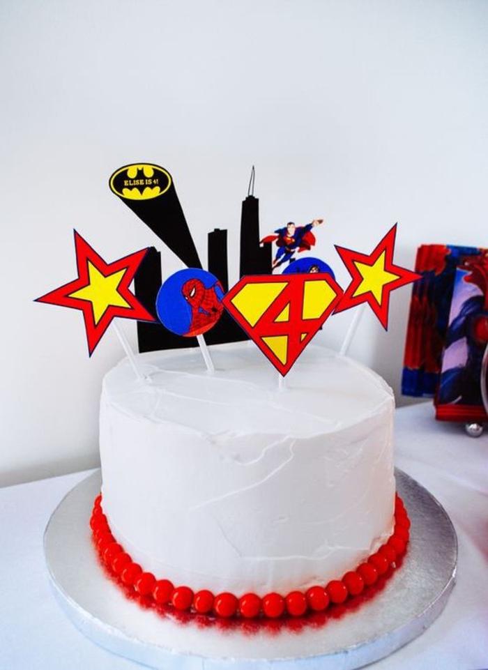 décoration de gateau d'anniversaire personnalisé avec des cake-toppers super-héros