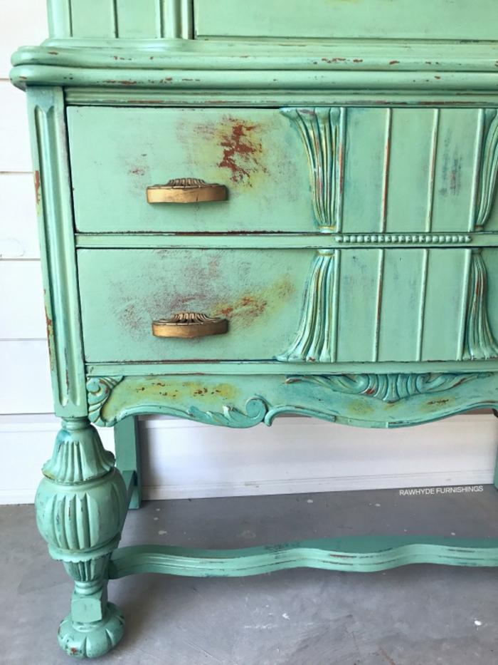 idée déco repeindre un meuble vernis, commode shabby chc vert menthe, anses dorées