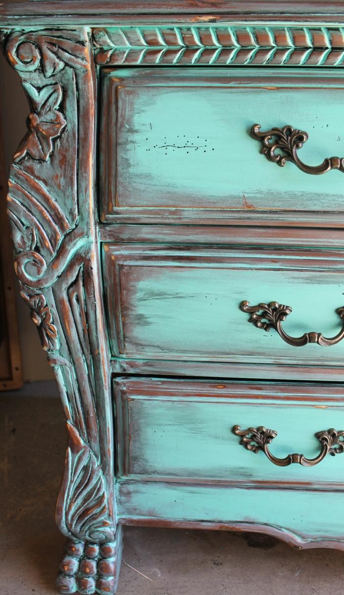 commode bleue antique, repeindre un meuble vernis, anses métalliques